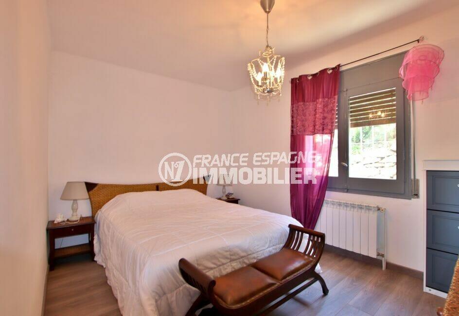 immo center rosas: villa 4 pièces 166 m², chambre à coucher, lustre au plafond