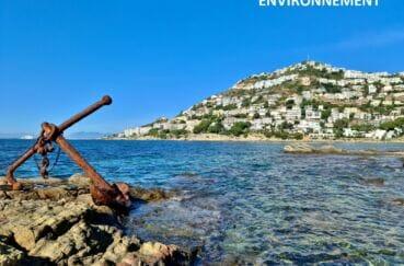 ancre d'un bateau rouillé sur la plage à canyelles, dans la baie de roses