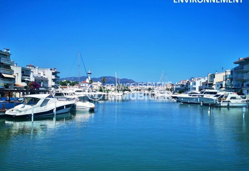 tout le long du canal d'empuriabrava des bateaux et des magnifiques villas