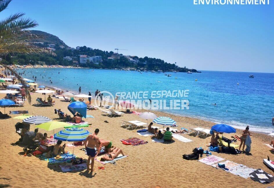 détente sur la plage de roses avec son sable fin et eaux turquoises