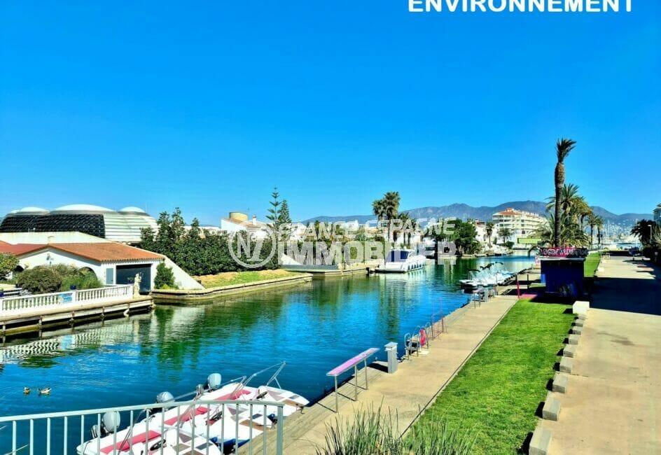 un des nombreux canaux d'empuriabrava, ses bateaux et ses somptueuses villas