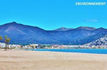 la plage de roses, sable fin et sa magnifique vue sur les montagnes
