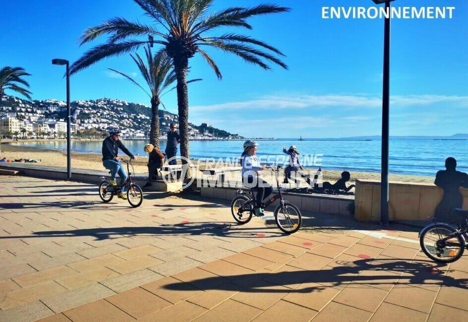 promenade sur la rambla, à pied ou en vélo, le long de la plage de roses,