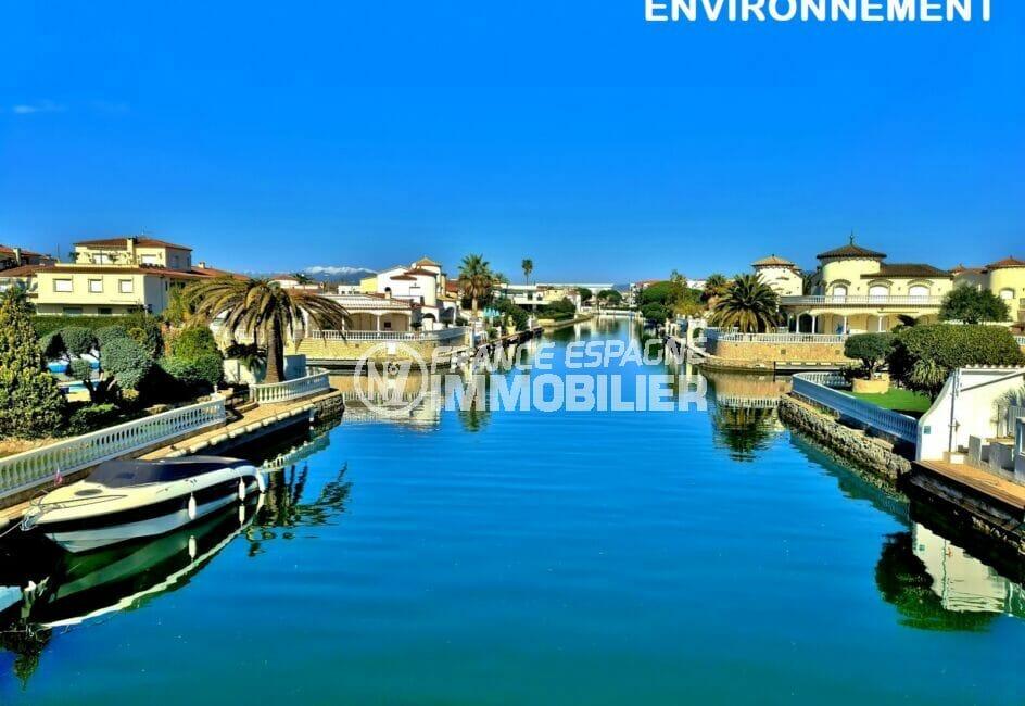 somptueuses villas de luxe le long du canal d'empuria
