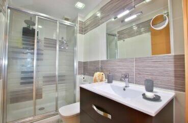 achat appartement roses, 4 pièces 96 m², 2° salle d'eau, colonne de douche hydromassante