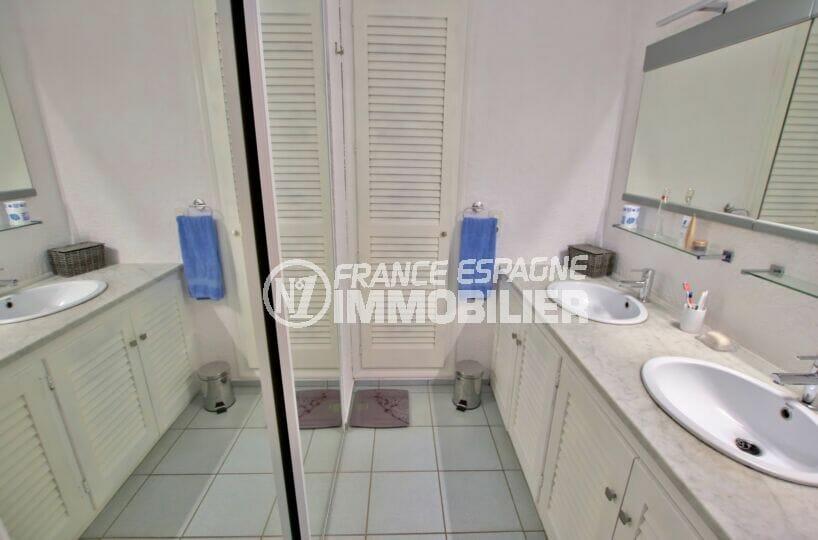 maison roses,  4 pièces 145 m², salle d'eau avec douche et 2 vasques