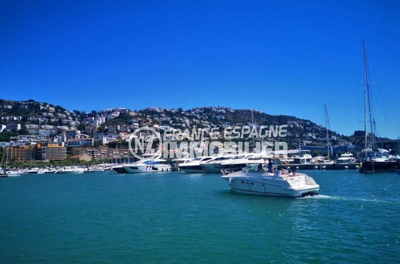 nombreux bateaux à voiles ou à moteur sur le port de plaisance à roses