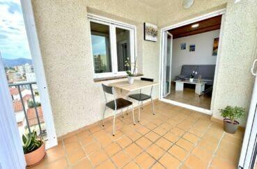 vente appartement rosas, 2 pièces 45 m² rénové, séjour avec terrasse de 6 m² vue canal, parking et piscine en commun, proche plage