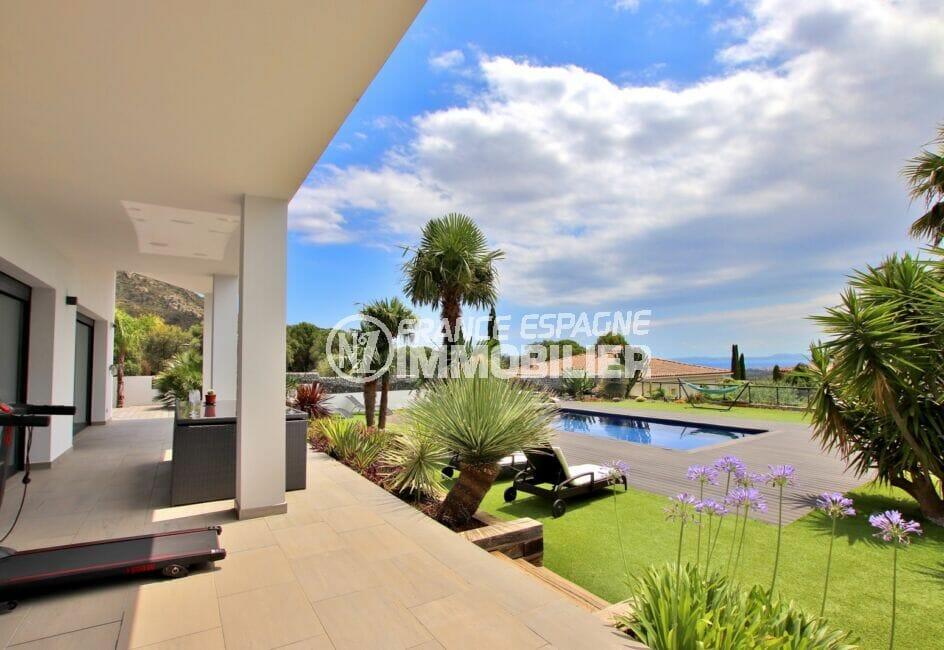 achat maison espagne costa brava, villa 215 m², terrasse couverte, vue sur la piscine et le jardin