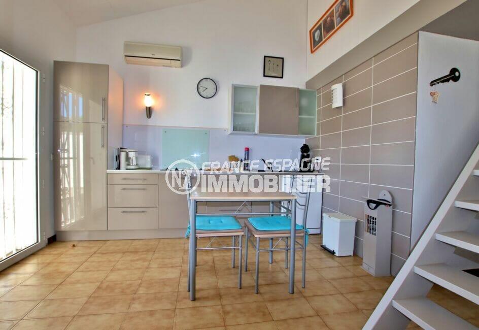 rosas immo: villa 55 m² plage à 200m, coin cuisine dinatoire ouvert sur le séjour