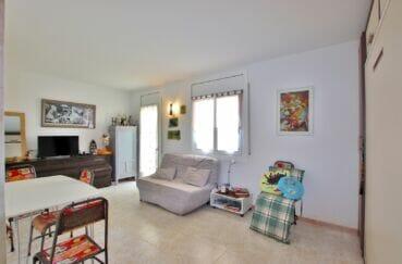 appartement a vendre a rosas, spacieux 37 m², séjour avec terrasse, carrelage au sol