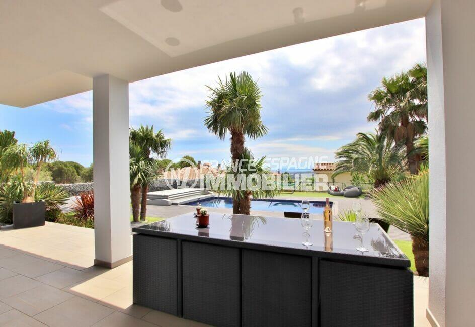 achat villa costa brava, villa 215 m², terrasse couverte avec son salon de jardin