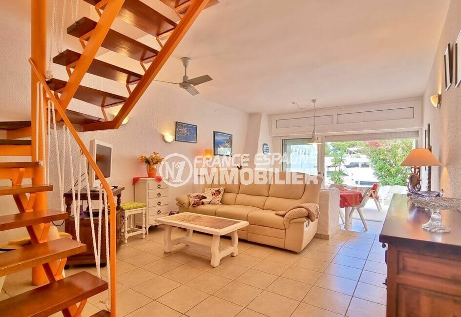 vente immobiliere rosas: villa 89 m², salon / salle à manger accès terrasse barbecue