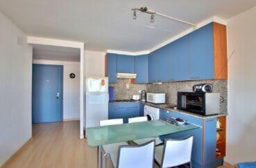 vente appartement rosas, 2 pièces 47 m², coin repas et cuisine ouverte dans la pièce principale