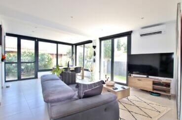achat maison rosas espagne,105 m² 3 chambres, salon avec accès à la terrasse fleurie
