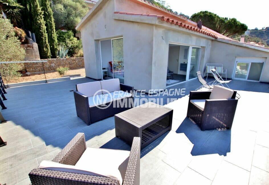 la costa brava: villa 250 m² 5 chambres, terrasse aménagée d'un salon de jardin