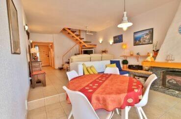 roses espagne: villa 89 m² accès terrasse et barbecue, grand séjour avec cheminée