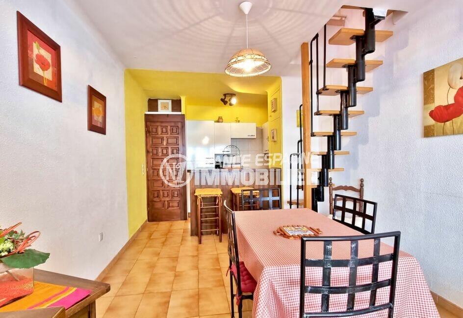 maison a vendre empuriabrava, 93 m² 2 chambres, perspective sur le séjour et la cuisine ouverte