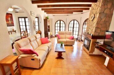 maison a vendre a empuriabrava, 4 chambres 165 m², grand séjour avec poutres apparentes et cheminée