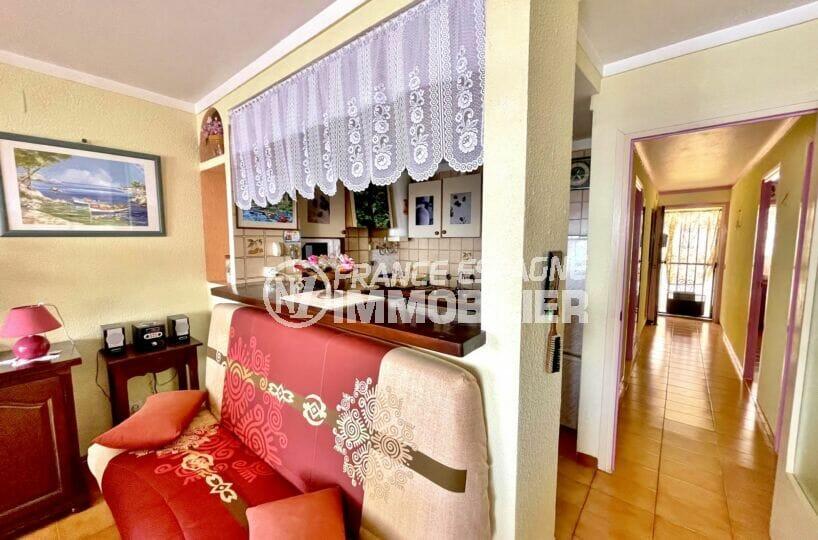 achat appartement rosas, 3 pièces 60 m² front de mer, couloir accès chambres, cuisine et entrée