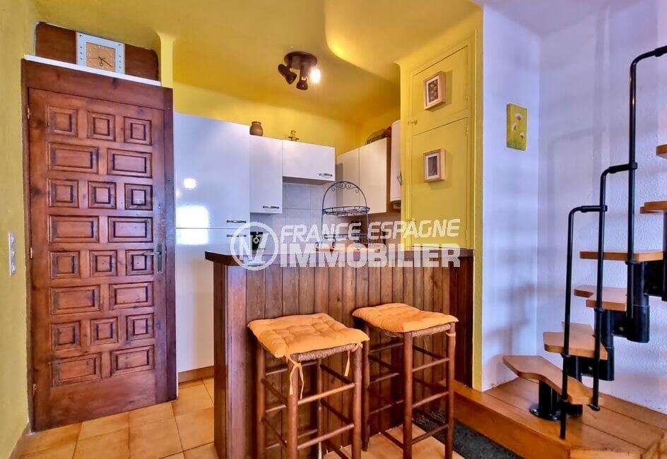 maison empuriabrava, 93 m², cusine équipée ouverte et escalier vers les 2 chambres