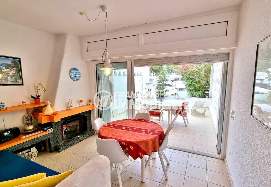 vente maison rosas espagne, 89 m² avec grand séjour accès terrasse et amarre 10m x 3m