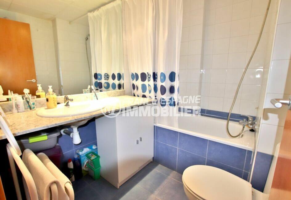 acheter appartement costa brava, 2 pièces 47 m², salle de bains avec baignoire et toilettes