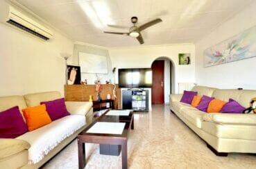 achat immobilier costa brava: villa 136 m² avec 4 chambres, grand séjour avec 2 canapés