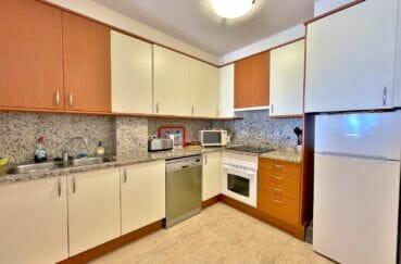 vente immobiliere costa brava: appartement 4 pièces 128 m², cuisine américaine avec nombreux rangements