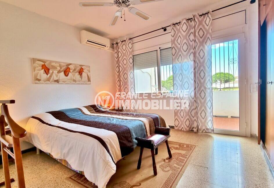 vente immobiliere rosas espagne: villa 89 m² avec amarre, chambre claire avec terrasse sur le canal