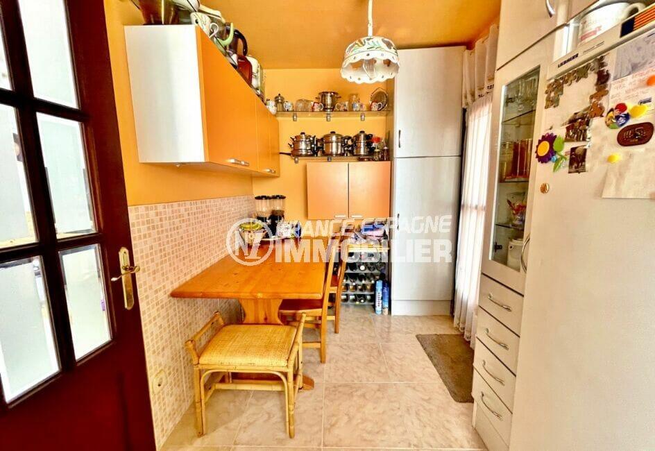 """achat immobilier espagne costa brava: villa 136 m² avec 4 chambres, cuisine aménagée d""""une tables et chaises"""