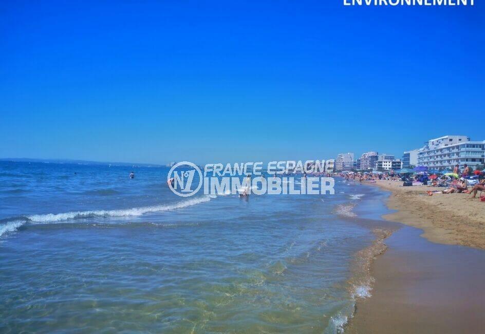 la plage de roses avec ses eaux transparentes et son sable fin, station balnéaire