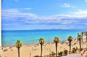 détente sur le sable ou jouer une partie de vollet-ball sur la plage de roses