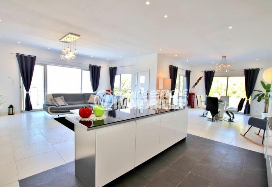 immo costa brava: villa 250 m² 5 chambres, grand salon, lustres modernes au pladond