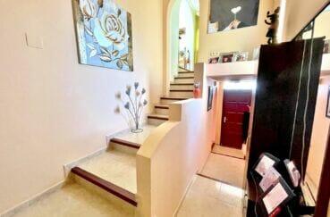 maison a vendre rosas vue mer, 136 m² avec 4 chambres, escalier dans le hall d'entrée pour accès étage