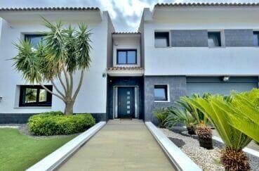 achat maison sur la costa brava, 215 m² sur terrain de 800 m², entrée de la villa, allée avec palmiers