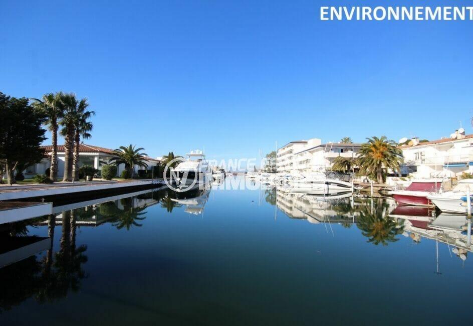 sompteuses villas et magnifiques bateaux tout le long du canal de roses