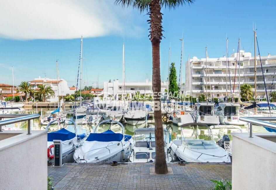vente appartement costa brava, 2 pièces 47 m², vue sur la marina avec nombreux bateaux amarrés