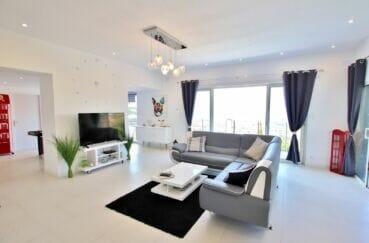 costa brava immobilier: villa 250 m² 5 chambres, pendule et lustre moderne dans le salon