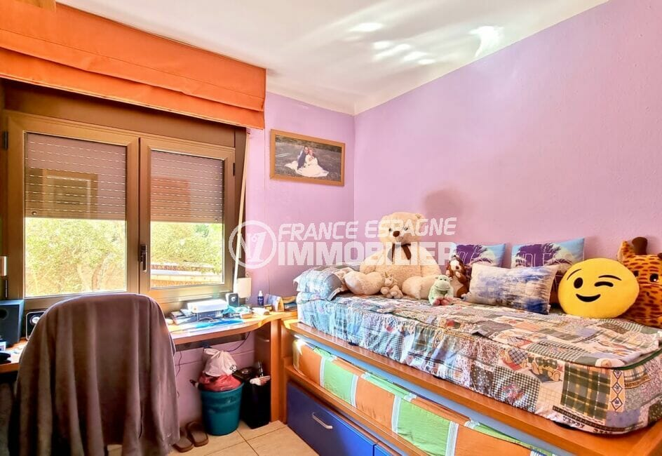 la costa brava: villa 169 m² sur terrain de 420 m², chambre avec lit à tiroir, bureau