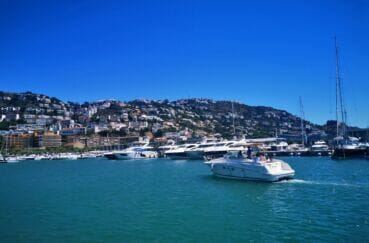 port de plaisance de rosas avec de nombreux bateaux amarrés aux alentours