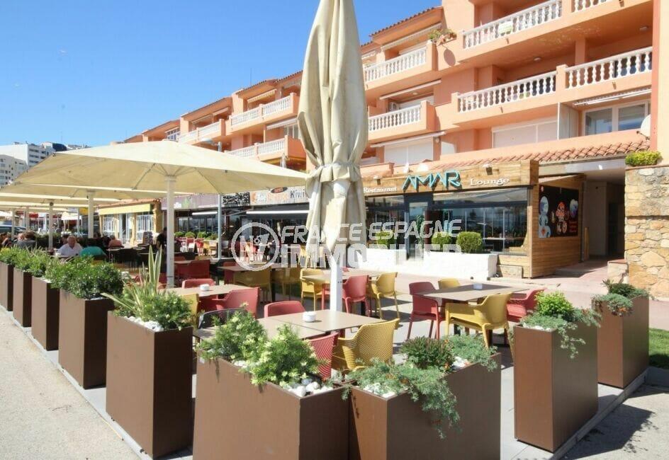 nombreux restaurants et commerces proches de la plage d'empuriabrava