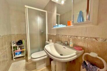 costabrava immo: appartement 128 m², 1ere ligne mer, première salle d'eau avec douche et toilettes