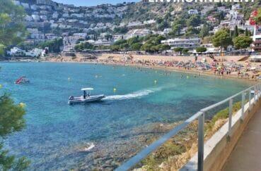 station balnéaire, la plage de roses avec ses eaux turquoises et transparentes
