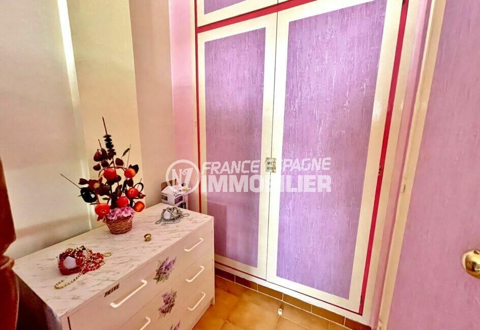 immo center roses: appartement 3 pièces 60 m² front de mer, penderie intégrée dans la chambre enfants