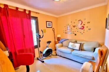 maison a vendre espagne bord de mer, 169 m² sur terrain de 420 m², chambre avec canapé et vélo d'appartement