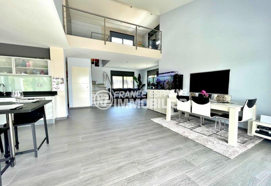 achat villa espagne costa brava, 215 m² sur terrain de 800 m², séjour avec cuisine ouverte, vue mezanine