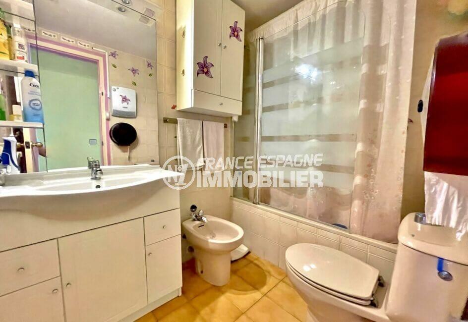 immocenter roses: appartement 3 pièces 60 m² front de mer, salle de bain avec bidet et wc