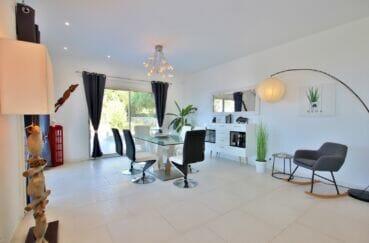 achat maison costa brava, 250 m² 5 chambres, séjour avec son coin repas près de la terrasse