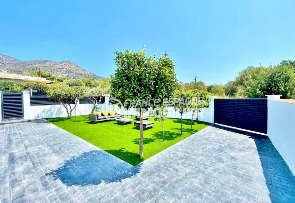 achat maison roses espagne, 105 m² rénovée 3 chambres, salon de jardin avec canapé